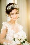 Νύφη γάμος Η νύφη σε ένα κοντό φόρεμα με τη δαντέλλα στον κόρακα Στοκ Εικόνες