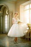 Νύφη γάμος Η νύφη σε ένα κοντό φόρεμα με τη δαντέλλα στον κόρακα Στοκ Φωτογραφίες