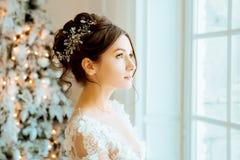 Νύφη γάμος Η νύφη σε ένα κοντό φόρεμα με τη δαντέλλα στον κόρακα Στοκ φωτογραφία με δικαίωμα ελεύθερης χρήσης