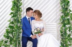 Νύφη και γαμπρός στη ημέρα γάμου τους Στοκ Φωτογραφίες