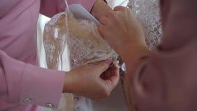 Νύφη και η μητέρα της που προετοιμάζονται να βάλει στο γαμήλιο φόρεμα φιλμ μικρού μήκους