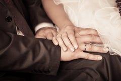 Νύφη και νεόνυμφος για να κρατήσει τα χέρια Στοκ Φωτογραφία
