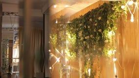 Νύφη και νεόνυμφος διακοσμήσεων γαμήλιων πινάκων με τα λουλούδια και τα φανάρια φιλμ μικρού μήκους