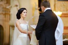 Νύφη και νεόνυμφος κατά τη διάρκεια μιας γαμήλιας τελετής στοκ φωτογραφίες