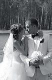 Νύφη και νεόνυμφος με τα λουλούδια Στοκ φωτογραφία με δικαίωμα ελεύθερης χρήσης