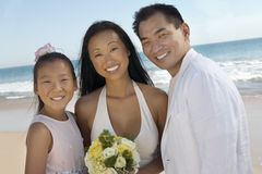 Νύφη και νεόνυμφος με την αδελφή στην παραλία Στοκ Φωτογραφίες