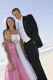 Νύφη και νεόνυμφος με την αδελφή στην παραλία στοκ εικόνες