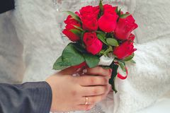 Νύφη και νεόνυμφος με τη γαμήλια ανθοδέσμη στοκ εικόνα με δικαίωμα ελεύθερης χρήσης