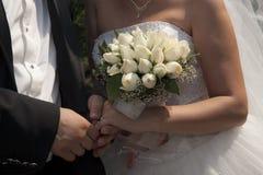 Νύφη και νεόνυμφος με τη νυφική ανθοδέσμη Στοκ Φωτογραφίες