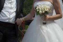 Νύφη και νεόνυμφος με τη νυφική ανθοδέσμη Στοκ φωτογραφία με δικαίωμα ελεύθερης χρήσης