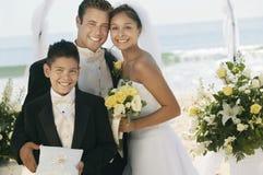 Νύφη και νεόνυμφος με τον αδελφό στοκ εικόνα