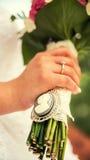 Νύφη και νεόνυμφος με το γάμο bouquete Στοκ φωτογραφία με δικαίωμα ελεύθερης χρήσης