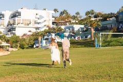 Νύφη και νεόνυμφος που έχουν τη διασκέδαση στη φύση Στοκ Φωτογραφίες