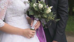 Νύφη και νεόνυμφος που αγκαλιάζουν ο ένας τον άλλον στο γάμο απόθεμα βίντεο
