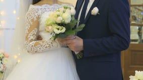Νύφη και νεόνυμφος που αγκαλιάζουν ο ένας τον άλλον στο γάμο φιλμ μικρού μήκους