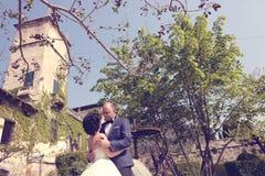 Νύφη και νεόνυμφος που αγκαλιάζουν στη φύση Στοκ εικόνα με δικαίωμα ελεύθερης χρήσης