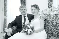 Νύφη και νεόνυμφος που αγκαλιάζουν στο γάμο στοκ φωτογραφία με δικαίωμα ελεύθερης χρήσης