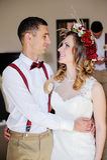 Νύφη και νεόνυμφος που κοιτάζουν στοργικά ο ένας τον άλλον Στοκ εικόνα με δικαίωμα ελεύθερης χρήσης