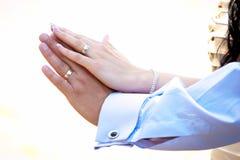 Νύφη και νεόνυμφος που παρουσιάζουν τα δαχτυλίδια αρραβώνων Στοκ φωτογραφία με δικαίωμα ελεύθερης χρήσης