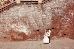 Νύφη και νεόνυμφος που περπατούν στην παλαιά πόλη Στοκ Εικόνες