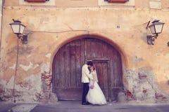 Νύφη και νεόνυμφος που περπατούν στην παλαιά πόλη Στοκ Φωτογραφία