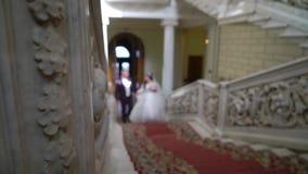 Νύφη και νεόνυμφος που πηγαίνουν επάνω απόθεμα βίντεο