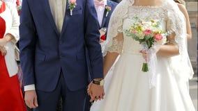 Νύφη και νεόνυμφος που στέκονται στη γαμήλια αίθουσα απόθεμα βίντεο