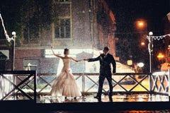 Νύφη και νεόνυμφος που χορεύουν στη νύχτα στοκ εικόνες με δικαίωμα ελεύθερης χρήσης