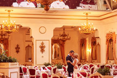 Νύφη και νεόνυμφος που χορεύουν στο κενό εστιατόριο Στοκ Εικόνα
