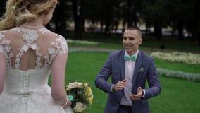 Νύφη και νεόνυμφος που χορεύουν στο πάρκο απόθεμα βίντεο