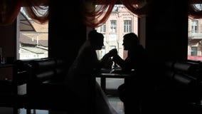 Νύφη και νεόνυμφος σε έναν καφέ απόθεμα βίντεο