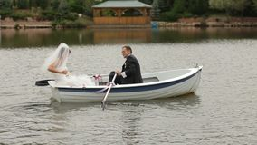 Νύφη και νεόνυμφος σε μια λίμνη απόθεμα βίντεο