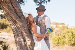 Νύφη και νεόνυμφος σε μια ρομαντική στιγμή στη φύση Μοντέρνο γαμήλιο ζεύγος υπαίθρια Στοκ φωτογραφίες με δικαίωμα ελεύθερης χρήσης