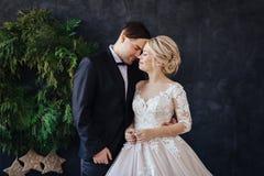 Νύφη και νεόνυμφος στα γαμήλια ενδύματα στοκ φωτογραφίες