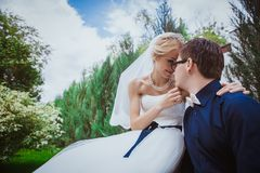 Νύφη και νεόνυμφος στα γαμήλια ceramony κοντινά δέντρα στη χαμογελώντας νύφη και το νεόνυμφο πάρκων Όμορφα νύφη και gro αγκαλιάσμ Στοκ εικόνες με δικαίωμα ελεύθερης χρήσης