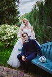 Νύφη και νεόνυμφος στα γαμήλια ceramony κοντινά δέντρα στη χαμογελώντας νύφη και το νεόνυμφο πάρκων Όμορφα νύφη και gro αγκαλιάσμ Στοκ Εικόνα