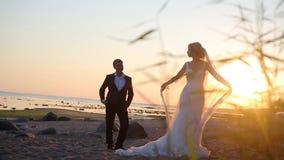 Νύφη και νεόνυμφος στην παραλία απόθεμα βίντεο