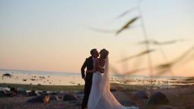 Νύφη και νεόνυμφος στην παραλία φιλμ μικρού μήκους