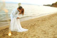 Νύφη και νεόνυμφος στην παραλία στοκ εικόνες