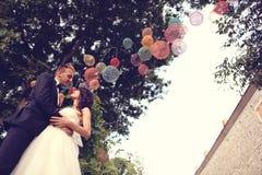 Νύφη και νεόνυμφος στην πόλη στη ημέρα γάμου τους στοκ φωτογραφίες με δικαίωμα ελεύθερης χρήσης