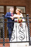 Νύφη και νεόνυμφος στη ημέρα γάμου που περπατούν υπαίθρια Ευτυχές αγκάλιασμα newlyweds αγάπη ζευγών στοκ φωτογραφίες