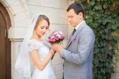 Νύφη και νεόνυμφος στη ημέρα γάμου που περπατούν υπαίθρια στη φύση άνοιξη Νυφικό ζεύγος, Στοκ Εικόνες