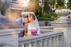 Νύφη και νεόνυμφος στη ημέρα γάμου που περπατούν υπαίθρια στη φύση άνοιξη Νυφικό ζεύγος, Στοκ εικόνα με δικαίωμα ελεύθερης χρήσης