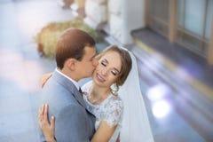 Νύφη και νεόνυμφος στη ημέρα γάμου που περπατούν υπαίθρια στη φύση άνοιξη Νυφικό ζεύγος, Στοκ φωτογραφίες με δικαίωμα ελεύθερης χρήσης