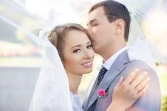 Νύφη και νεόνυμφος στη ημέρα γάμου που περπατούν υπαίθρια στη φύση άνοιξη Νυφικό ζεύγος, Στοκ Φωτογραφίες