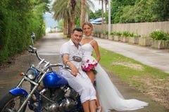 Νύφη και νεόνυμφος στη μοτοσικλέτα Στοκ εικόνα με δικαίωμα ελεύθερης χρήσης