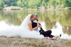 Νύφη και νεόνυμφος στον περίπατο στοκ φωτογραφία με δικαίωμα ελεύθερης χρήσης