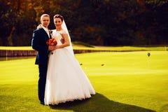 Νύφη και νεόνυμφος στον τομέα γκολφ Στοκ Φωτογραφία