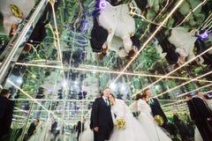 Νύφη και νεόνυμφος στο αντανακλημένο δωμάτιο, λαβύρινθος καθρεφτών Στοκ εικόνα με δικαίωμα ελεύθερης χρήσης