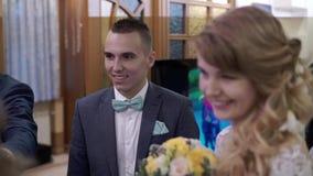 Νύφη και νεόνυμφος στο γάμο απόθεμα βίντεο